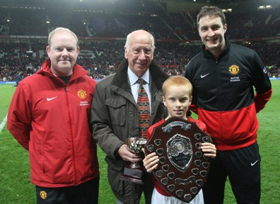 Arnors Brynjolfsson receiving award from Sir Bobby Charlton